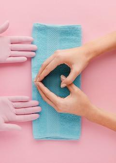 青いタオルのクローズアップの手