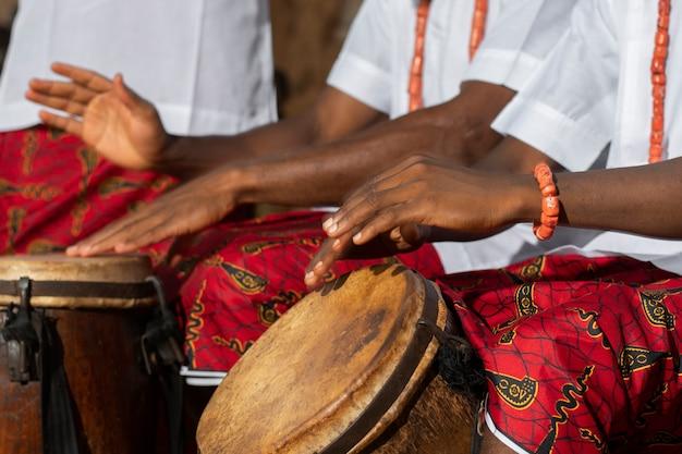 ドラムを演奏する手をクローズアップ