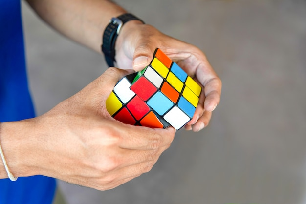 Close up hands playing a rubik.