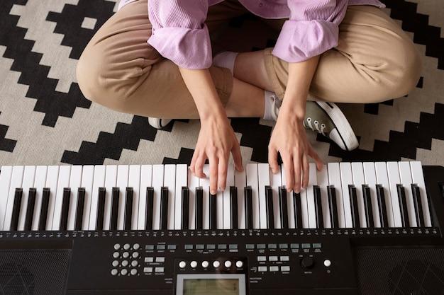 ピアノを弾く手をクローズアップ