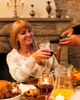 ガラスにワインを注ぐクローズアップ手