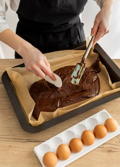 Chiudere le mani che preparano il dessert