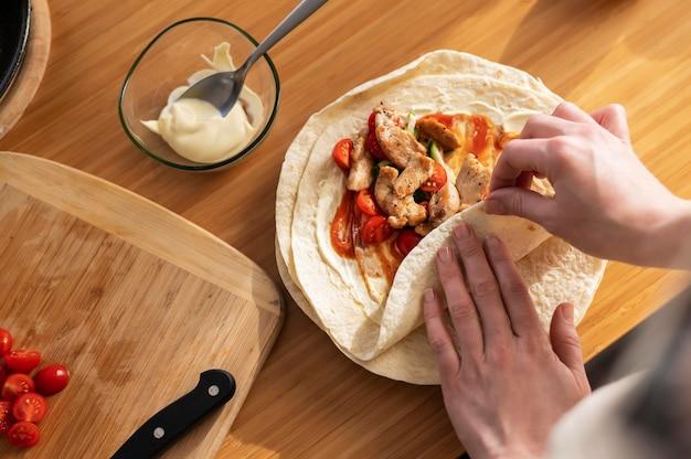Закройте руки, готовя еду