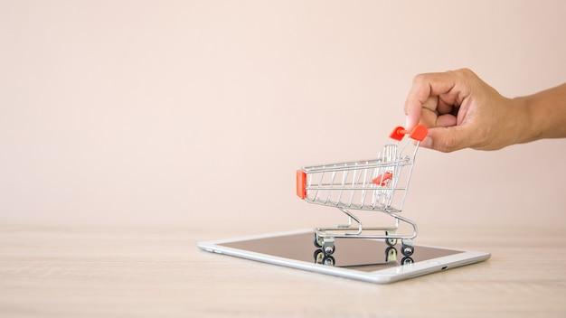 스마트 폰에서 쇼핑 카트를 밀고 손을 닫습니다.