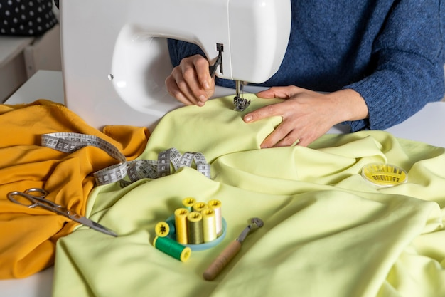 機械で縫うクローズアップ手