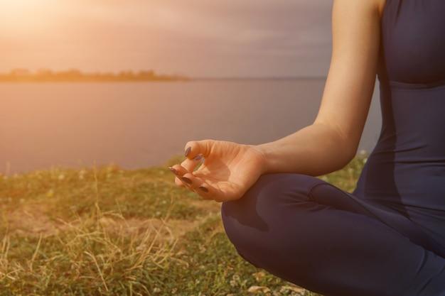 손, 햇빛을 닫습니다. 여자 야외 요가 할. 요기 훈련, 야외 명상, 건강한 생활 방식