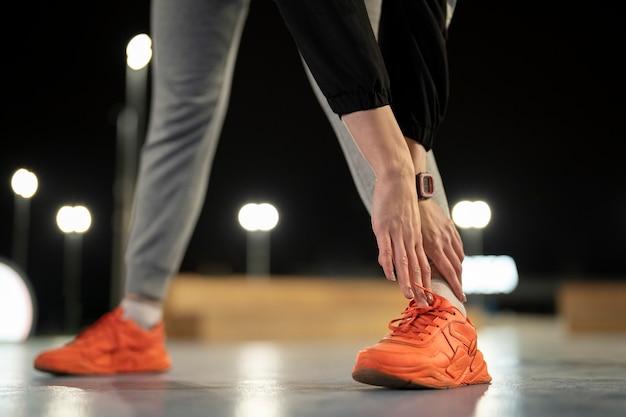 Mani ravvicinate che toccano i piedi