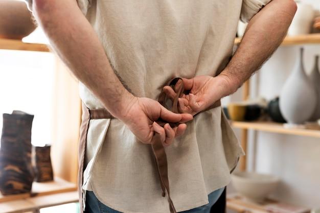 앞치마를 묶는 손을 닫습니다