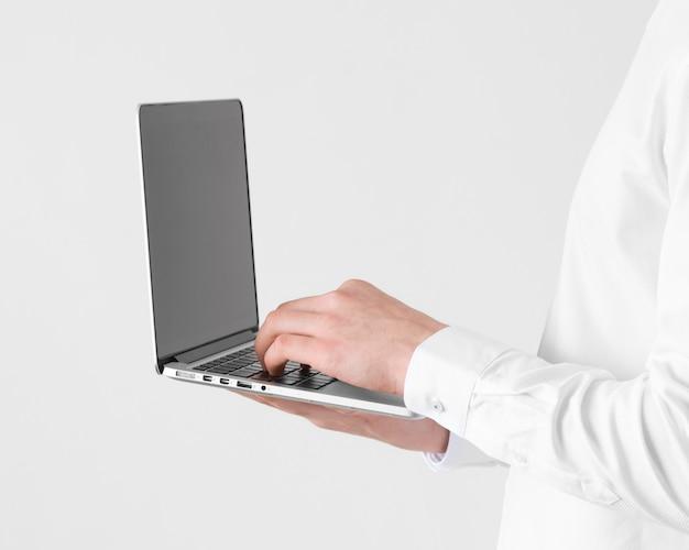 노트북에 입력하는 손을 닫습니다