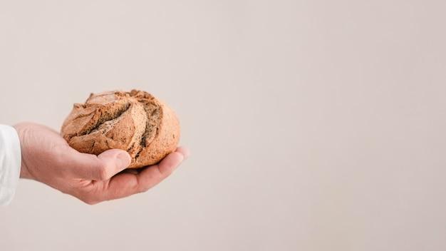 Макро руки с хлебом и копией пространства