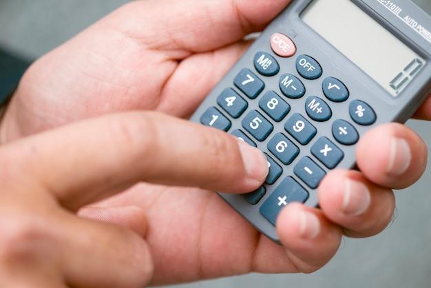 Primo piano delle mani con il calcolatore