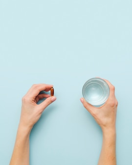 Макро руки с таблетками и водой