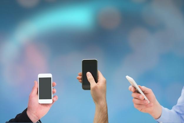 Primo piano delle mani con gli smartphone