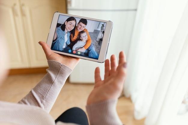 Chiudere le mani con il tablet