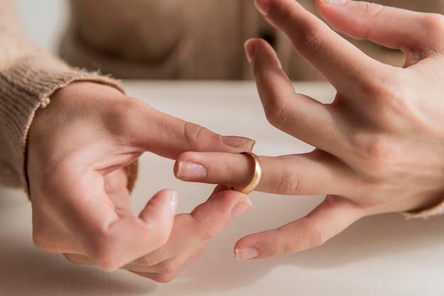 Mani ravvicinate con anello nuziale