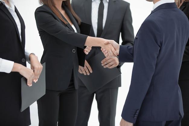 Закройте вверх. рукопожатие бизнес-леди с бизнесменом. изолированные на белом.