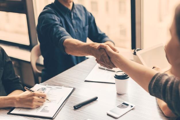 閉じる。オフィスでのビジネスマンの握手。協力の概念。