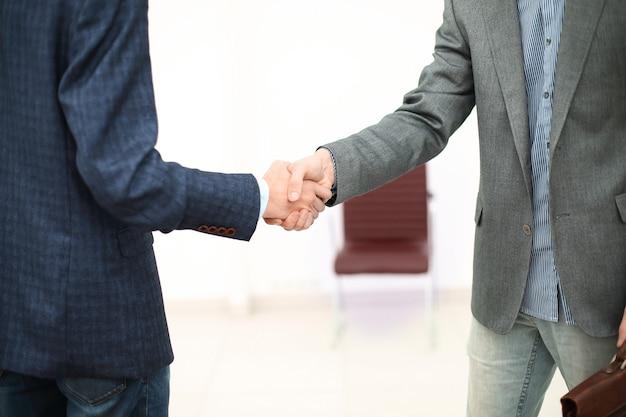 Close up.handshake двух деловых людей перед деловой встречей.