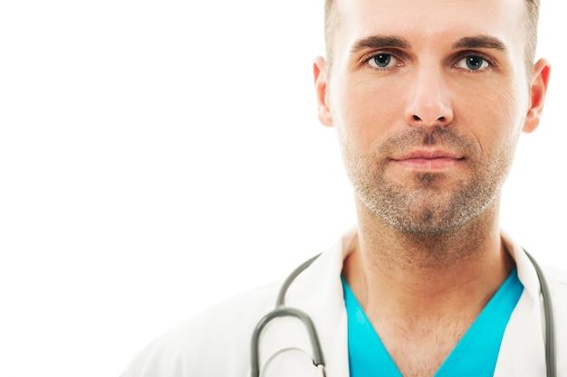 Primo piano di un bel medico maschio