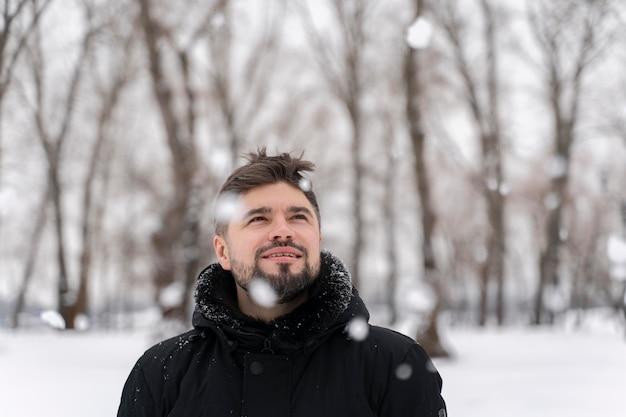 Primo piano su un adulto felice che gioca nella neve