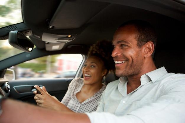 빠른 차 미소에 행복 한 아프리카 계 미국인 커플을 닫습니다