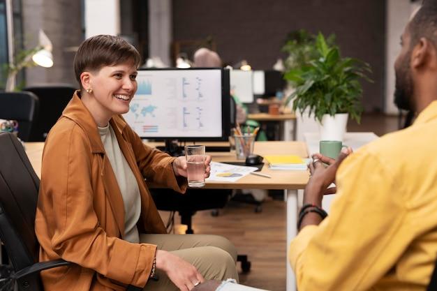 Крупным планом счастливые коллеги говорят