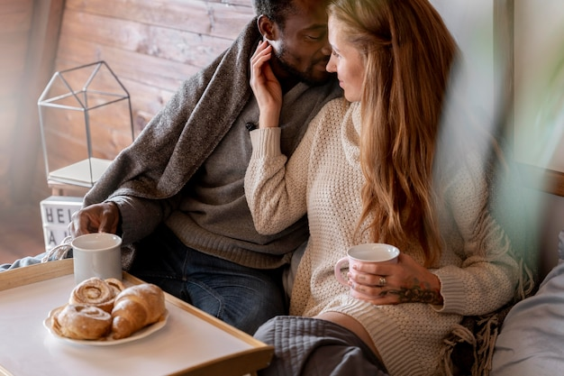 Primo piano coppia felice a colazione