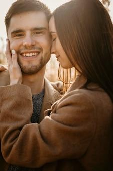 自然の中でクローズアップ幸せなカップル