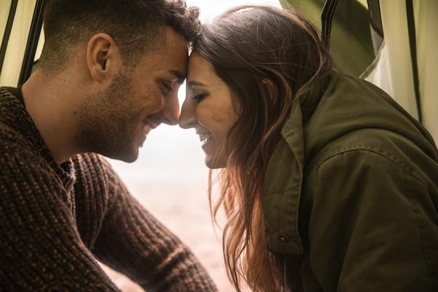 Макро счастливая пара в палатке