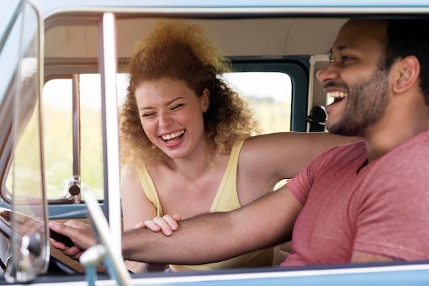 車の中で幸せなカップルを閉じる Premium写真