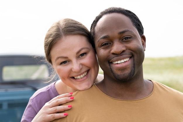 Крупным планом счастливая пара позирует