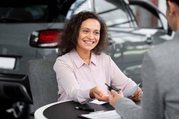 Primo piano su un cliente felice in una concessionaria d'auto