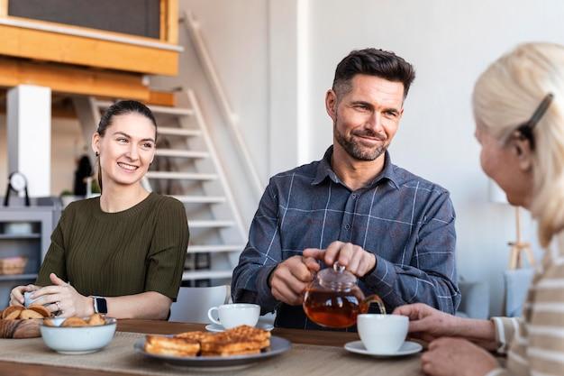 Крупным планом счастливая семья за столом