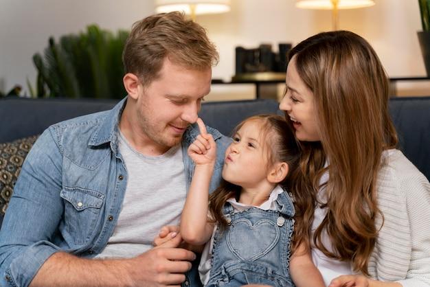 Primo piano sulla famiglia felice che trascorre del tempo insieme