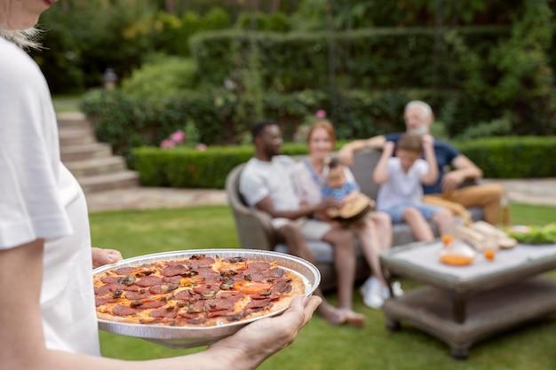 Chiudere la famiglia felice con il cibo