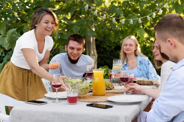テーブルで幸せな友達をクローズアップ