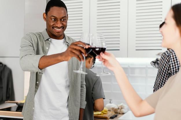 Крупным планом счастливые друзья звонкие очки