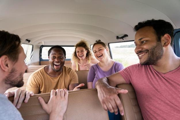 Закройте счастливых друзей в автомобиле