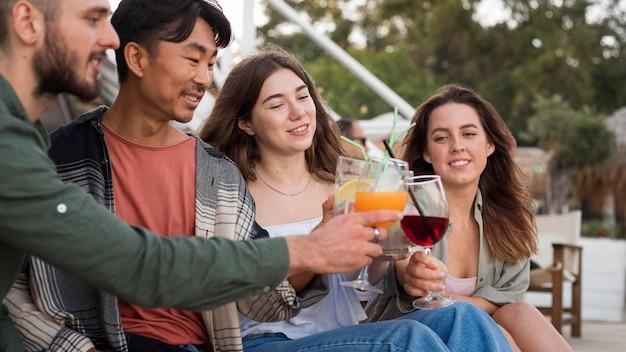 Крупным планом счастливые друзья с напитками