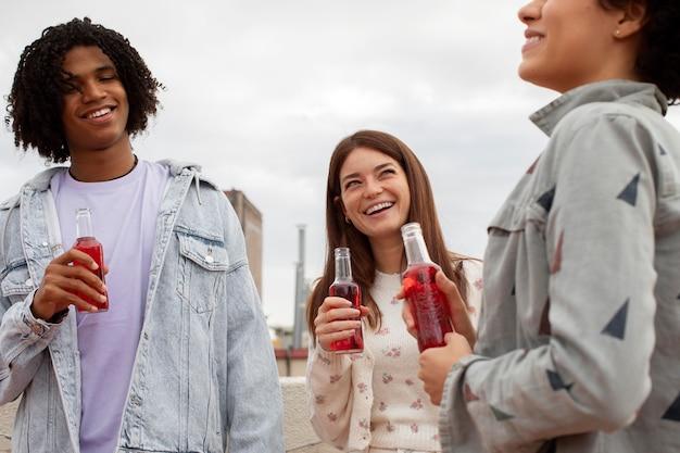飲み物で幸せな友達をクローズアップ
