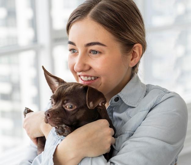 Cane felice della holding della ragazza del primo piano