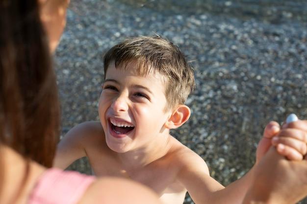 해변에서 행복 한 아이를 닫습니다