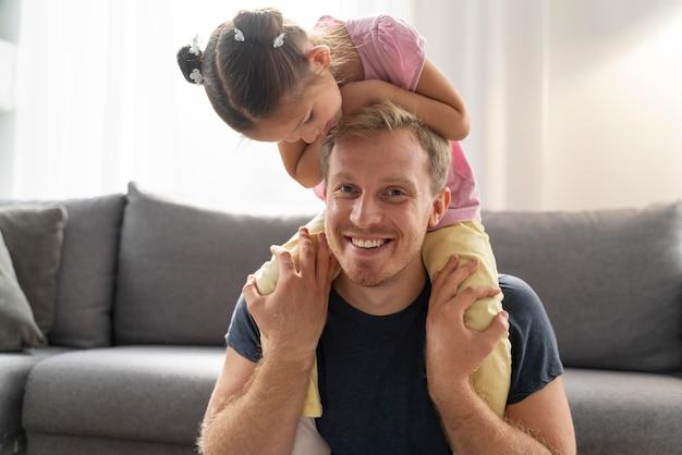 Primo piano su una bambina felice con suo padre