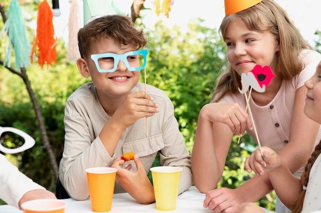 誕生日パーティーで幸せな子供たちをクローズアップ