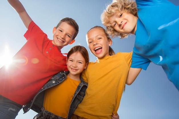 Закройте счастливых детей вместе