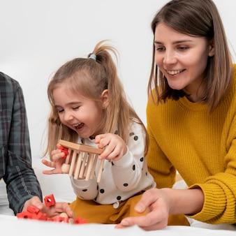 Крупным планом счастливая мать и ребенок