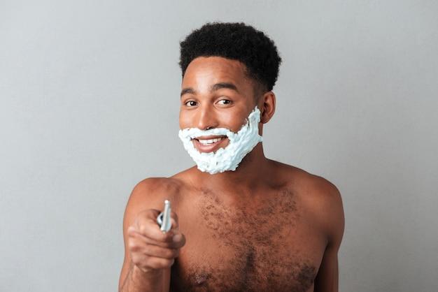 Chiuda in su di un uomo africano nudo felice