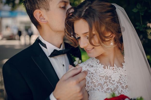 Primo piano di sposi felici che tengono le mani