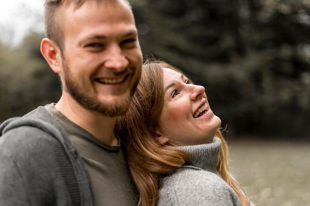 Крупным планом счастливые партнеры на природе