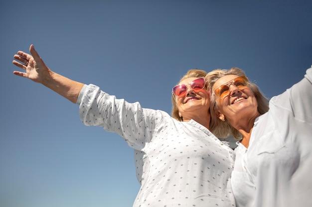 幸せな年配の女性をクローズアップ